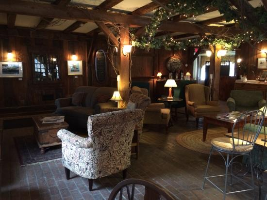 Quechee Inn At Marshland Farm: The common area is beautiful and cozy!