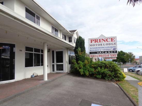 Prince Motor Lodge: Мотель снаружи