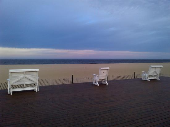 DoubleTree by Hilton Hotel Tinton Falls - Eatontown : The boardwalk and benches on Belmar Beach