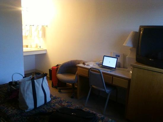 Rodeway Inn & Suites: motel room