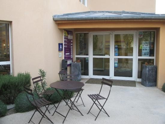 Suite-Home Apt en Luberon : une partie de la terrasse