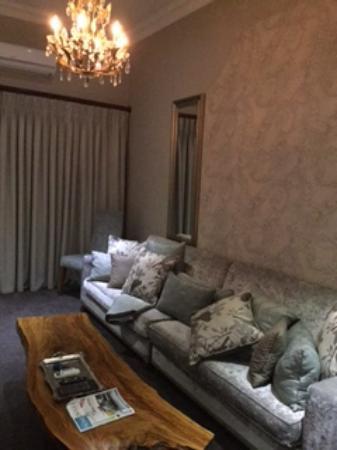 La Villa Vita Nelspruit: Sofa in room