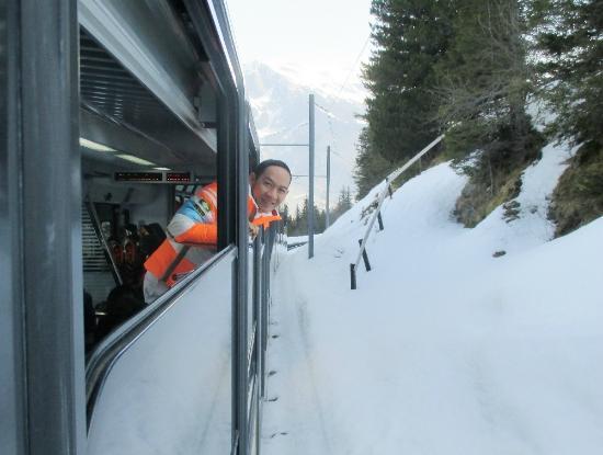 Grindelwald, Ελβετία: ขบวนรถไฟ จะไต่ระดับความสูงและลาดชันขึ้นไปเรื่อยๆครับ