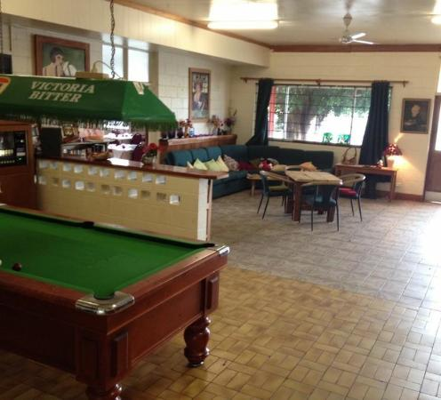 Innot Hot Springs, Australia: Pool table and lounge area in one big space