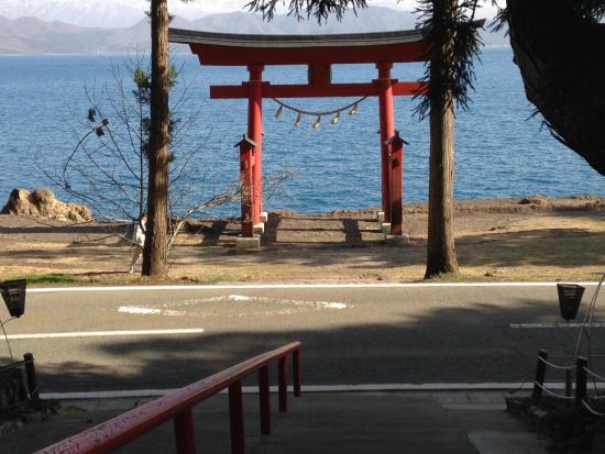 Gozanoishi Shrine : 鳥居ごしに田沢湖をのぞむ