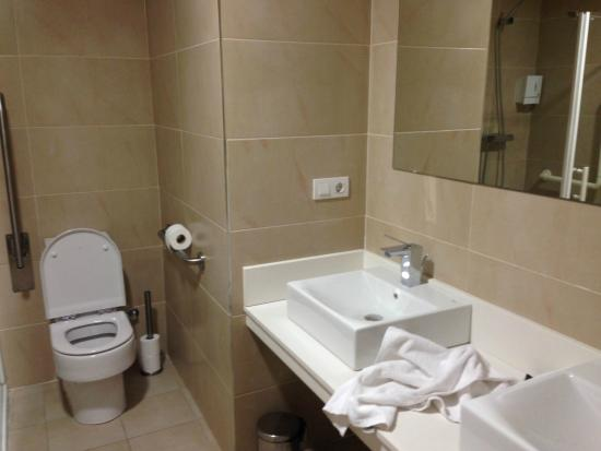 Aparthotel Jardines de Aristi: Bathroom