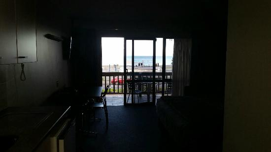 Edgewater Motor Lodge: Room looking at towards the view
