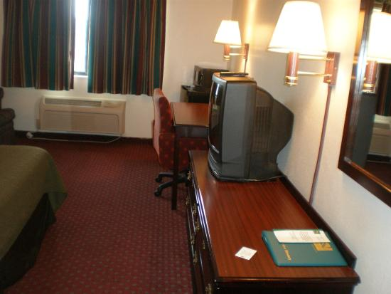 Quality Inn & Suites: Room 1