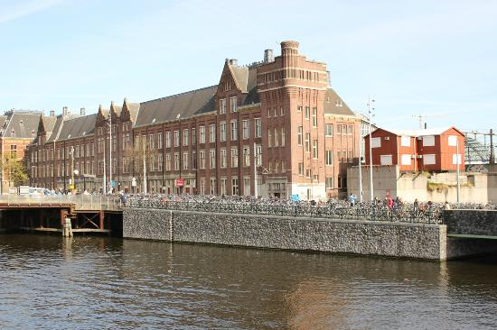 Everyday Walking Tours: Note the hundreds of parked cycles - just above the canal!