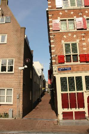 Everyday Walking Tours: The Leaning House - not the photo angle.