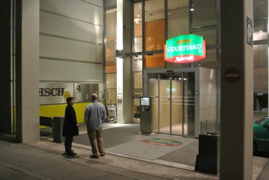 Courtyard Linz: Вход в отель