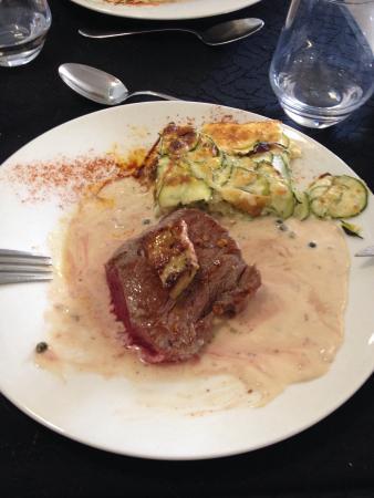 Hotel Restaurant Le Bon Duc: Pavé sauce au poivre et médaillon de foie gras poêlé / gratin de courgettes
