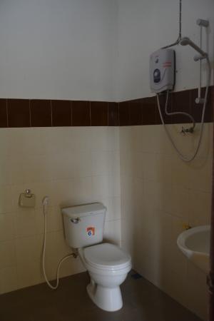 Jammee Guest House: Open shower, clean bathroom