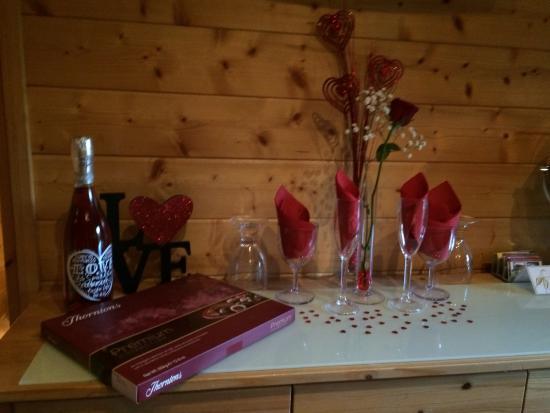 Romantic Decorations romantic decorations in the oak cabin - picture of cypress log