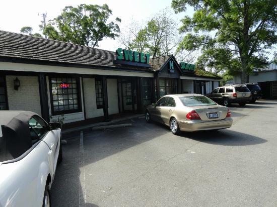 Sweet n Savory Cafe: Entrance & Parking