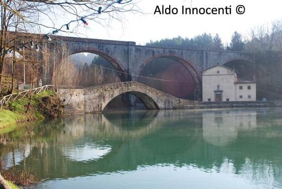 Pieve Fosciana, Italy: Lago di Pontecosi: Ponte e Chiesa della Madonna delle Grazie