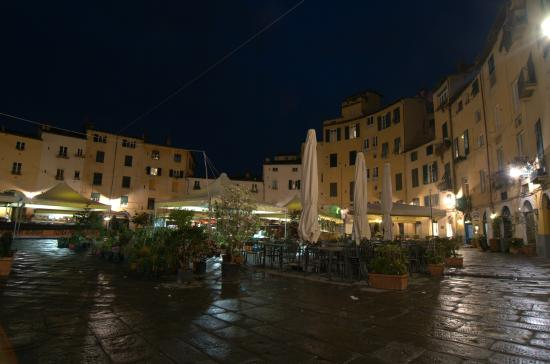 B&B Arena di Lucca: Piazza dell'Anfiteatro in the night
