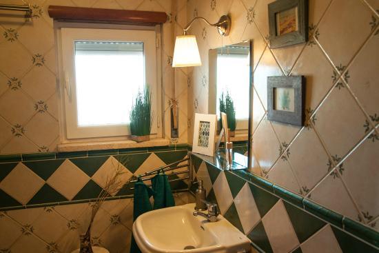 SoulSurfcamp: Modernes Badezimmer Mit Großem Spiegel, Dusche Und Badewanne.