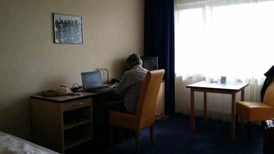 StayMunich Serviced Apartments : otima mesa de trabalho no apartamento