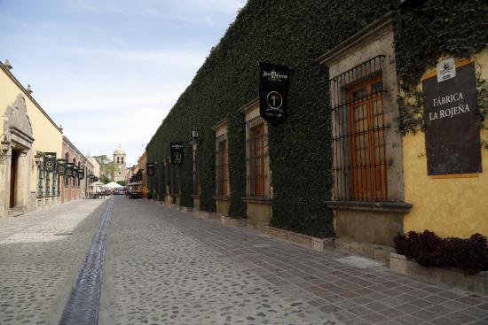 La Rojena: Admira la hermosa vista en la calle de Jose Cuervo que desemboca en el templo de Santiago Apósto