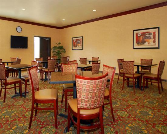 Sleep Inn & Suites at Six Flags: Breakfast area with several tables, chairs, and TV