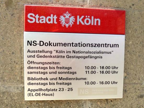 NS-Dokumentationszentrum: Cartel exterior entrada
