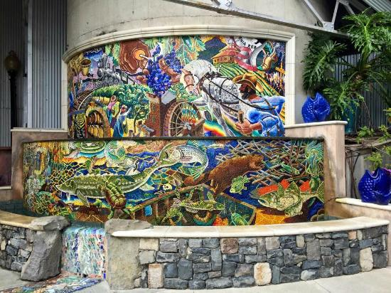 Napa River Inn at the Historic Napa Mill: Colorful mosaic fountain in the courtyard.