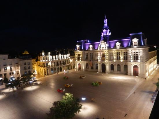 Hotel Central: Veduta notturna sul municipio