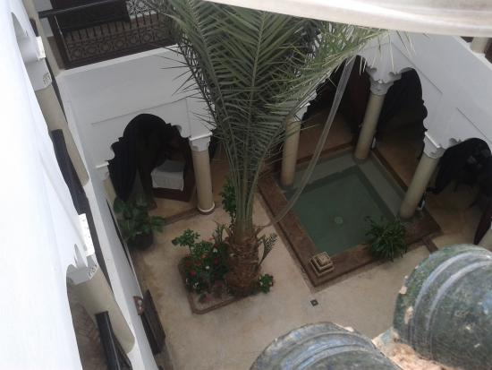 Riad Elias: View from roof terrace down into courtyard