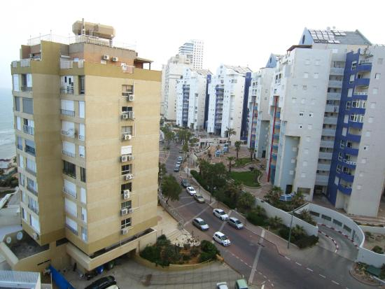 Seasons Netanya Hotel: Main road at rear
