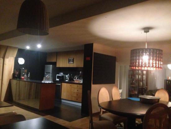 Cucina e tavoli per mangiare - Picture of JustGo Hostel ...