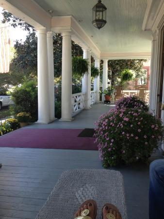 Rosehill Inn: Front Porch Swing