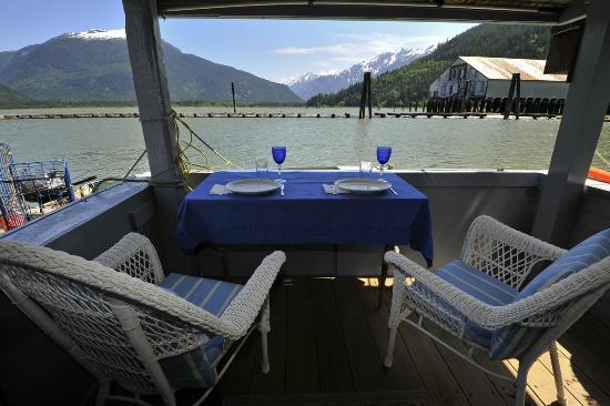 The Float House Inn: Dine Overlooking the Estuary