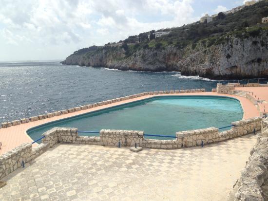 piscina bordo mare foto di grotta zinzulusa castro