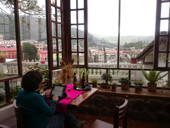 Hosteria La Quinta: The magnificent terrasse, with a view, wifi & Pilsener!