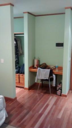 Hosteria El Coiron: Escritorio y vestidor en la habitacion