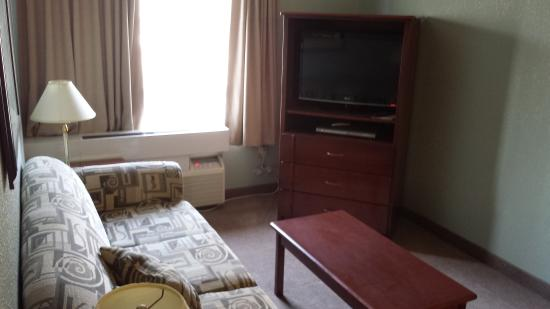 Lakeview Inn & Suites Chetwynd: living room area