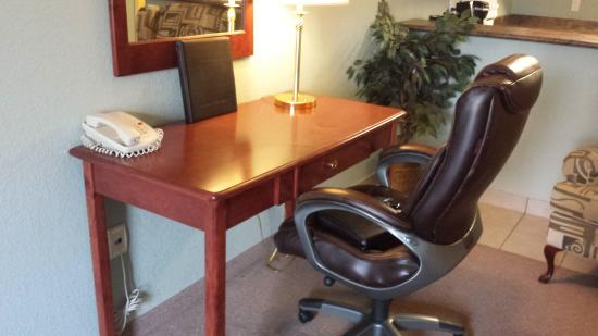 Lakeview Inn & Suites Chetwynd: well lit work station