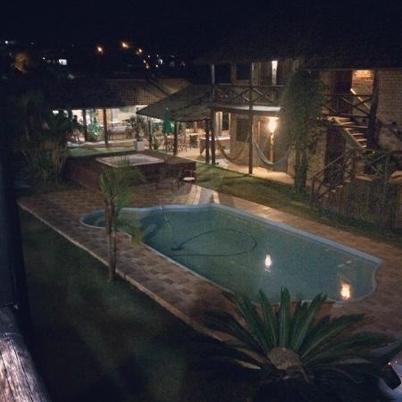 Hotel Praia Do Rosa: Vista noturna da piscina e área de entretenimento