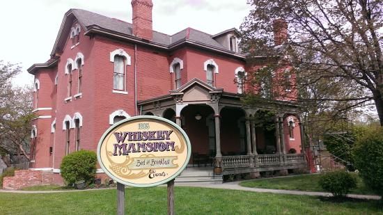 Whiskey Mansion Bed & Breakfast: Front entrance