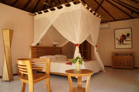 Cili Emas Oceanside Resort: Bedroom of Luxury Pool Villa SATI