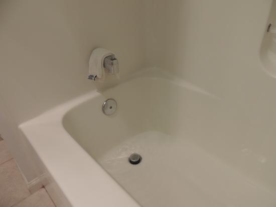BEST WESTERN Berkeley Springs Inn: The non-draining tub.