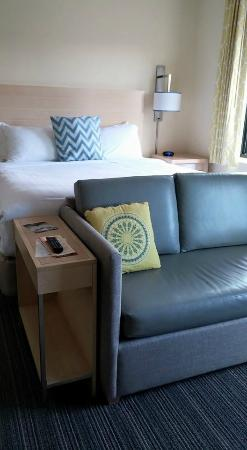 Sonesta ES Suites Parsippany: Bed and love seat