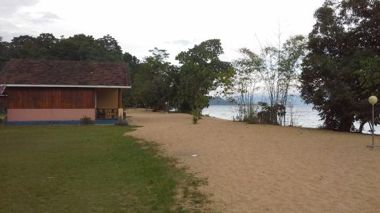 Siuri Cottages: the sand white beach