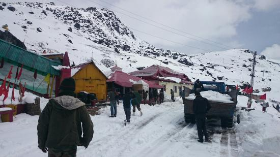 Zuluk, Indien: Baba Mandir....SALUTE TO INDIAN ARMY for their help...