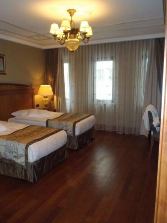 The Central Palace Hotel : very spacious bedroom