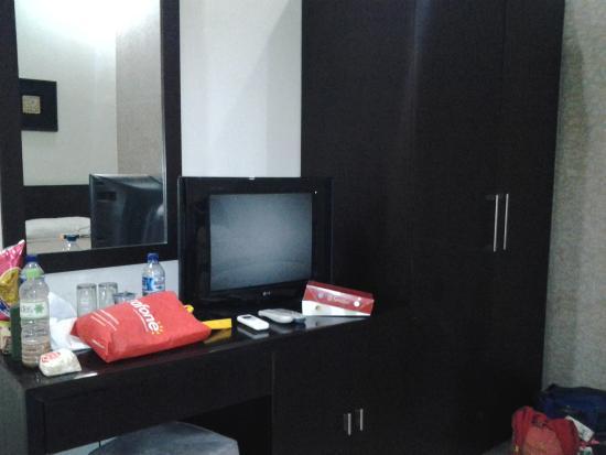 Anika Melati Hotel and Spa: tv, lemari, meja hias