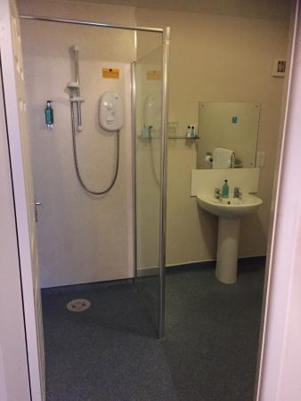 Angel Inn & Lodge: Wet room with electric shower