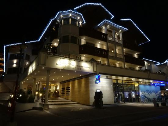 Seespitz: hotel front by night