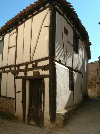 Casas típicas de Covarrubias de adobe y entramado madera: fotografía ...